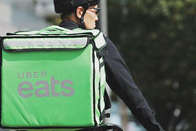 緑のウーバーイーツ配達用バッグ